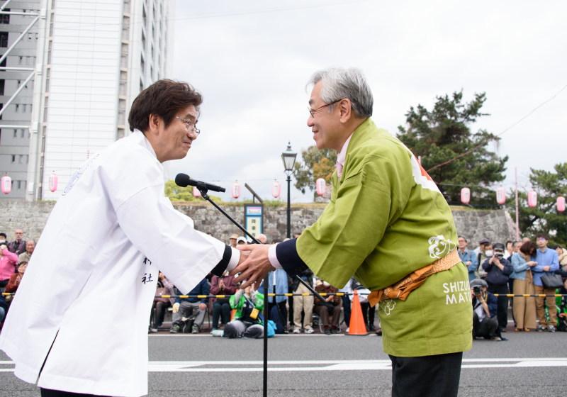 静岡まつり実行委員長とがっちり握手