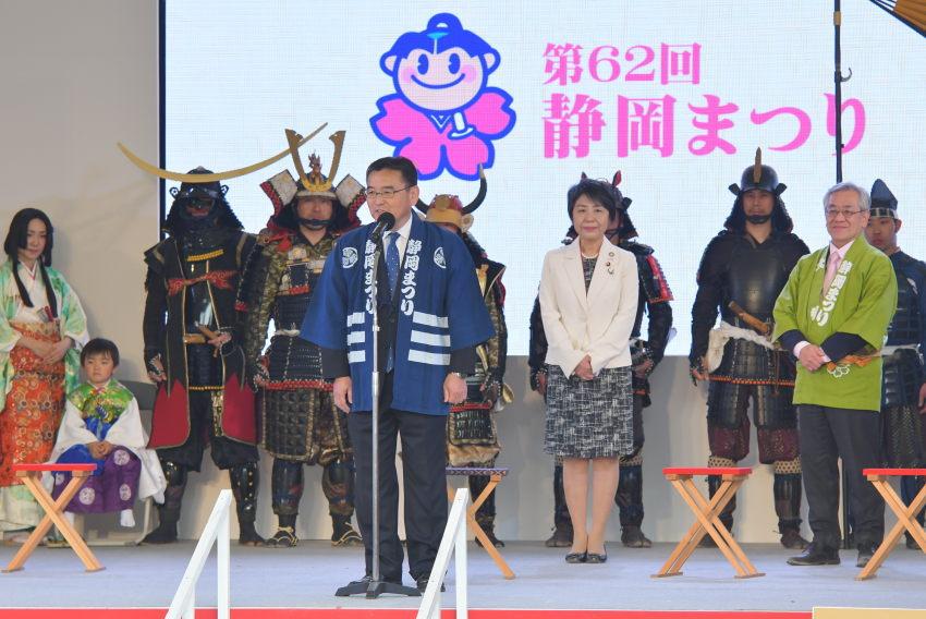 これから、拝謁の儀が始まります。後ろに見えるは上川法務大臣(当時)