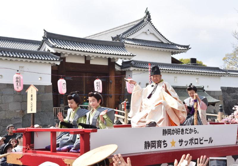 駿府城を出発する大御所