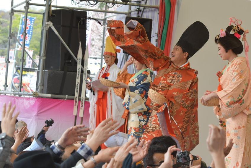 田辺市長が頑張ってます。なにげに衣装が似合います